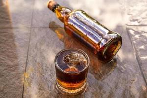 Licor en botellas de vidrio y licor concepto de bebida alcohólica foto