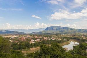 panorama del paisaje y la ciudad de luang prabang en laos. foto
