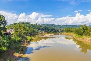 ciudad de luang prabang en panorama del paisaje de laos con el río mekong. foto