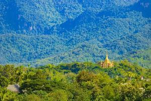 panorama del paisaje de luang prabang laos con el templo de wat phol phao. foto