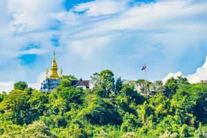phousi hill luang prabang laos y wat chom si stupa. foto