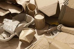 Disposición de diferentes objetos desechados. foto