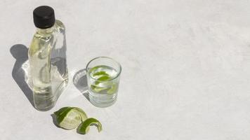 el delicioso surtido de bebidas alcohólicas de mezcal foto