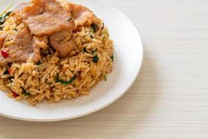 Arroz frito con albahaca tailandesa y cerdo - estilo de comida tailandesa foto