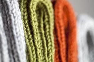 Textura de punto de lana naranja, verde y gris. foto