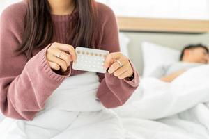 mujer asiática, tenencia, píldora anticonceptiva foto