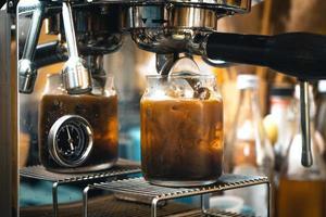 hacer café en la máquina de casa, café en una taza foto