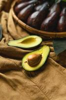 Aguacate en bandeja de madera comida sana foto
