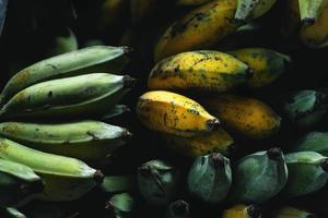 Primer plano de plátano verde amarillo cultivado plátano foto