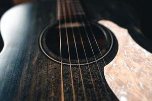 Guitarra acústica de madera sobre piso de madera foto