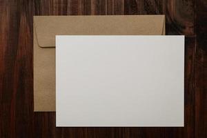 maqueta de tarjeta de felicitación en blanco con sobre artesanal foto