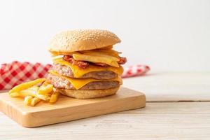 hamburguesa de cerdo o hamburguesa de cerdo con queso, tocino y papas fritas foto