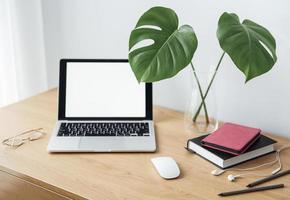 lugar de trabajo de oficina con laptop foto