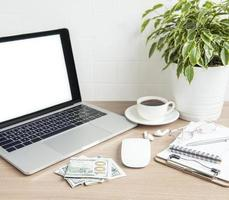 portátil con material de oficina sobre la mesa. foto