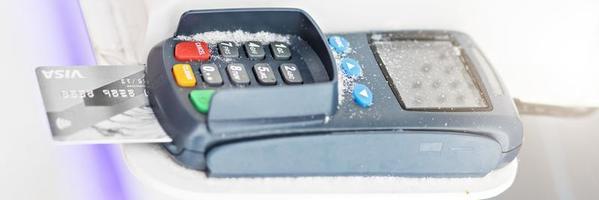 pago con tarjeta bancaria de débito a través de una terminal de pago. foto