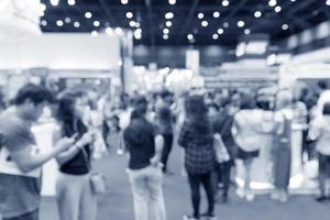 gente borrosa abstracta en exposición, expo en el pasillo foto