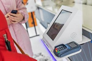 pago con tarjeta bancaria de débito a través de un terminal de pago foto