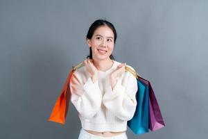 mujer asiática, tenencia, bolsas de compras foto