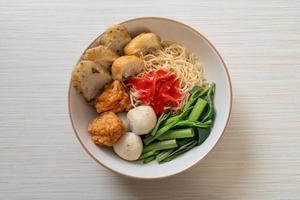 fideos de huevo con bolas de pescado y bolas de camarones en salsa rosa, yen ta cuatro o yen ta fo - estilo de comida asiática foto