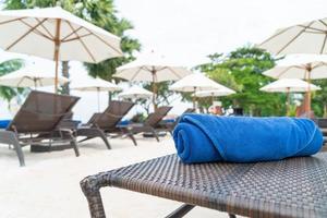 Toalla de primer plano en la silla de playa - concepto de viajes y vacaciones foto