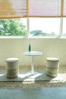 Mesa y silla vacías en la cafetería, cafetería y restaurante. foto