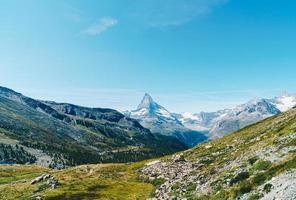 Hermoso paisaje de montaña con vistas al pico Matterhorn en Zermatt, Suiza. foto