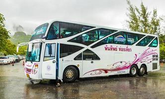 Autobús turístico tailandés en lluvia monzónica en surat thani, Tailandia, 2018 foto