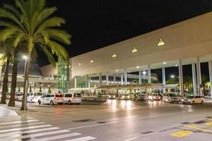 El aeropuerto de Palma por la noche en las islas Baleares, Mallorca, España foto