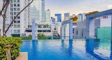 Vista de rascacielos desde la piscina infinita en Bangkok, Tailandia foto