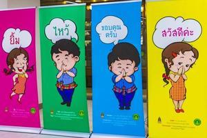 Pantalla de bienvenida colorida en el aeropuerto Suvarnabhumi de Bangkok, Tailandia, 2018 foto