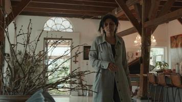 garota sentada na sala de estar e mulher caminhando até o smartphone conectando o cabo e rola video