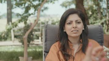 mujer conversando con otra mujer video