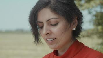 vrouw op het platteland kijkt omhoog in de cameralens video