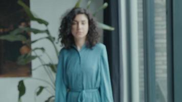 Une femme se dirige vers la caméra en fronçant les sourcils en regardant dans l'objectif video