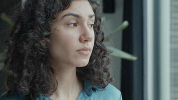 kvinnan lyfter och vänder huvudet genom fönstret video