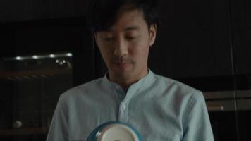 Mann wischt Schüsseln mit Geschirrtuch ab video