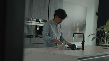 homme faisant la vaisselle video