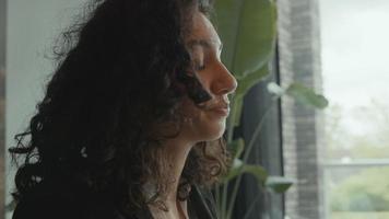 une femme travaillant à table répond à un appel téléphonique et parle frustrée video