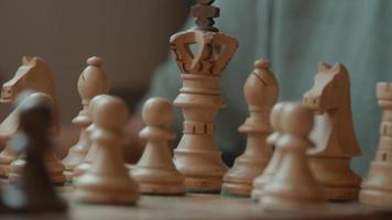 mains d'homme déplaçant et enlevant des pièces d'échecs sur l'échiquier video