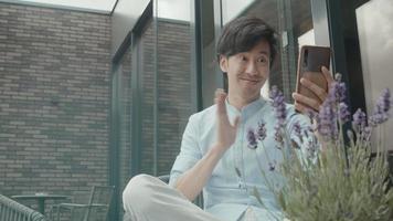 homme assis dehors à partir d'un appel vidéo avec un smartphone video