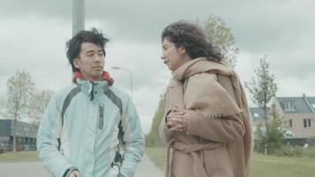 man luistert naar vrouw terwijl hij in de buitenwijk loopt video