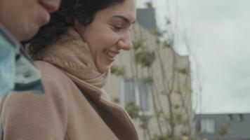 kvinna och man går och pratar i en förort video