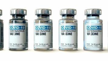 coronavirus covid-19 vaccinflacon in medisch laboratorium met spuit, stock videobeelden video