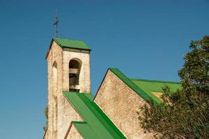 iglesia con techo verde foto