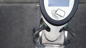 cargador ev que tiene cable de carga en el enchufe foto