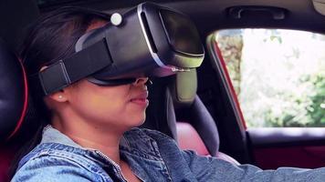 simulation de conduite de femme utilisant un test de conduite de casque de réalité virtuelle dans une voiture moderne. concept de technologie intelligente. video
