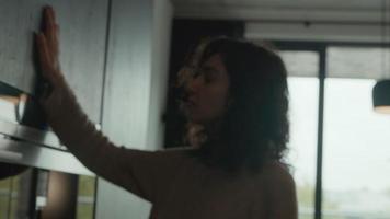 la donna prende la tazza in cucina e si prepara a fare il caffè video