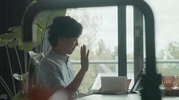 l'homme commence un appel en ligne sur un ordinateur portable à la maison video