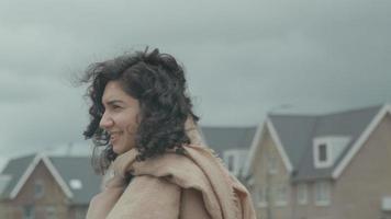 vrouw en man staan in de buitenwijk terwijl de vrouw met de man praat video