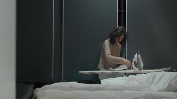 donna che stira le camicie in camera da letto video